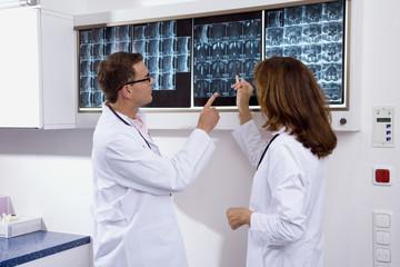Arzt und eine Ärztin bewerten Röntgenbild
