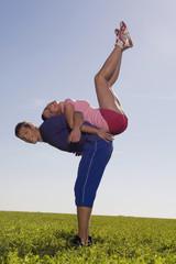 Junges Paar trainiert auf der Wiese
