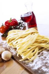Frische Pasta und Rotwein