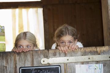 Zwei Mädchen verstecken sich im Stall