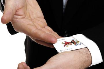 Mann zieht Spielkarte aus Ärmel