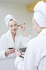 Junge Frau mit Make-up Pinsel