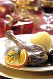 Gänsebraten mit Beilagen und Weihnachten Dekoration