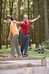 Junges Paar, Balancieren auf Balken
