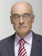Porträt eines hochrangigen Geschäftsmanns, die Augen geschlossen, Nahaufnahme
