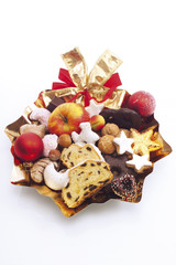 Teller voller Kekse, Obst und Geschenken, Nahaufnahme