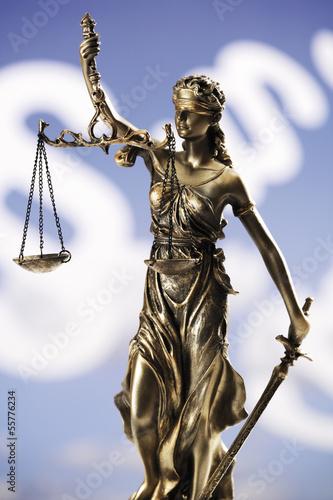 Justizia Figur vor Paragraphen, Nahaufnahme
