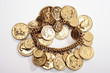Armband mit goldenen Münzen