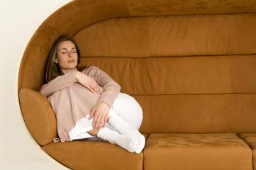 Junge Frau schlafend auf dem Sofa