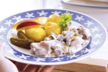 Matjes auf dem Teller mit Beilagen