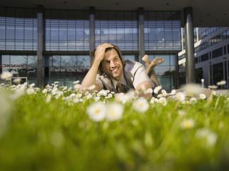 Deutschland, Baden-Württemberg, Stuttgart, Geschäftsmann macht Pause im Gras