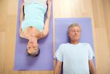 Älteres Ehepaar auf Gymnastikmatte, Lächeln, Portrait