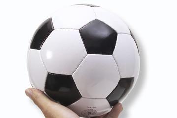 Person hält Fußball, Nahaufnahme