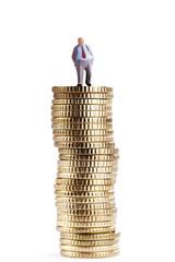 Figur auf Stapel von Münzen