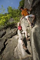 Junges Paar, Klettern