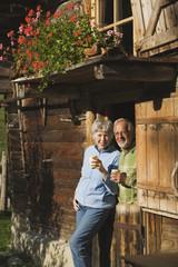 Österreich, Karwendel, älteres Paar auf einer Berghütte