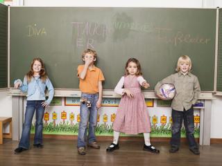 Kinder in der Schule an der Tafel