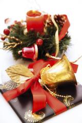 Weihnachtsgeschenk mit Glocke