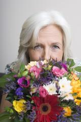 Seniorin mit Blumenstrauß, Portrait