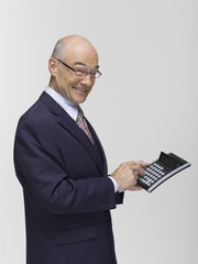 Geschäftsmann hält Taschenrechner, Portrait