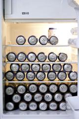 Kühlschrank mit Bierdosen gefüllt