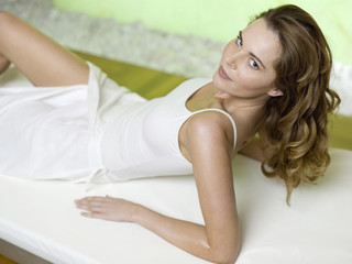 Frau liegt auf dem Bett, Porträt