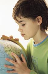 Junge mit Globus, Portrait
