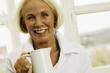 Seniorin mit Milchkanne, Lächeln, Portrait, Nahaufnahme