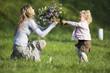 Tochter, Mutter, Blumenstrauß, Seitenansicht