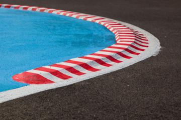 Kurve mit gestreiftem Curb einer Rennstrecke - Autorennen