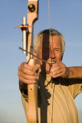 Ältere erwachsenen Frau mit Pfeil und Bogen, Nahaufnahme