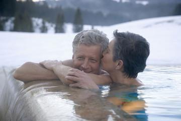 Älteres Ehepaar, Entspannung im Whirlpool im Freien, Portrait