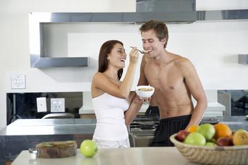 Junges Paar in der Küche, mit Frühstück