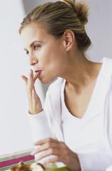Frau leckt ihre Finger
