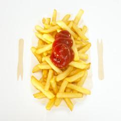 Ketchup auf Pommes Frites, Nahaufnahme, erhöhte Ansicht