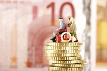 Figuren, Senioren, auf Haufen von Münzen