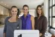 Junge Frauen im Büro, lächelnd, Porträt