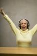 Ältere Frau, Kopfhörer, nach oben blicken, Nahaufnahme