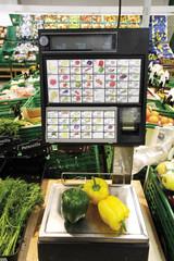 Deutschland, Paprika auf Supermarkt-Waage Nahaufnahme, erhöhte Ansicht