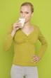 Junge Frau trinkt ein Glas Milch, Portrait