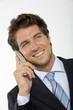 Junger Geschäftsmann mit Handy, lächelnd, Nahaufnahme