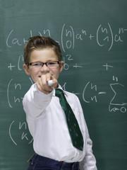 Junge vor der Tafel, Portrait, Nahaufnahme
