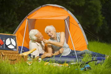 Älteres Paar beim Camping, Picknick, Portrait