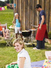 Familie im Garten, beim Grillen