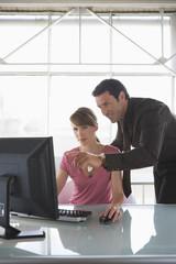 Frau und Mann arbeiten am Computer, Teamarbeit