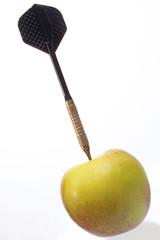 Dartpfeil sticht in einen Apfel