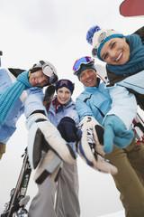 Italien, Südtirol, junge Menschen beim Wintersport