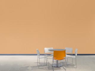 Sitzgruppe vor lachsfarbener Wand