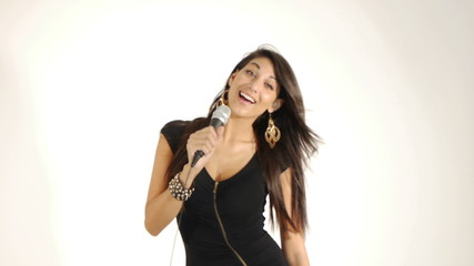 Ragazza Sexy che canta al microfono dinamico