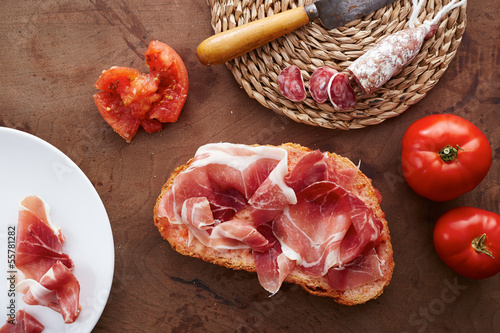 Bread with ham and tomato